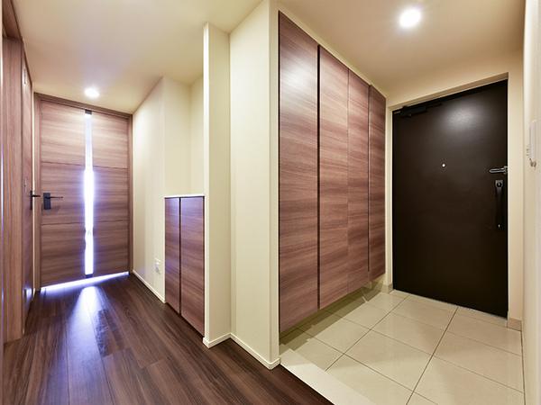玄関 壁一面の収納豊富な玄関