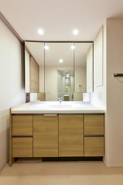 三面鏡の洗面所です!