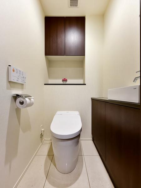 温水洗浄便座。手洗いや収納を完備。