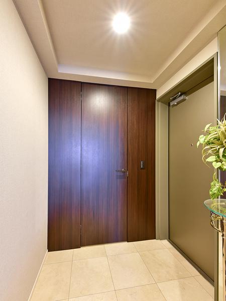 充分なスペースの玄関。シューズインクローゼットにすっきりと片付き、気持ちよくお客様をお迎えできます。