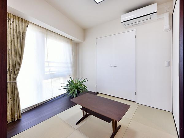 琉球畳が素敵な和室。収納がございます。