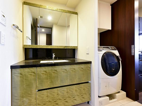 三面鏡裏やボウル下、リネン庫、洗濯機上の吊戸棚など、収納が充分に確保されています。