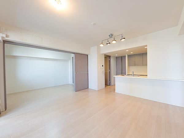 洋室の引き戸を開くと広々とした空間が広がります。