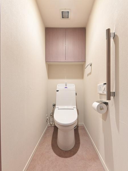 シャワー付き温水便座トイレ。手すりや吊戸棚を設置しております。