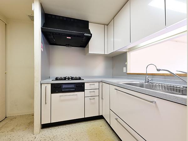 収納豊富で食器や調理器具等、お片付けがしやすいL字型のシステムキッチンです。