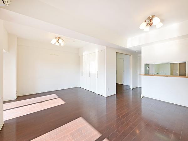 足元からお部屋を暖めるTES式床暖房を設置。埃を巻き上げずお部屋の空気をクリーンに保ちます。