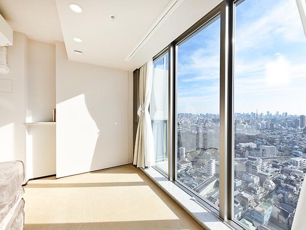 南側の洋室 約4.5帖。窓が高く陽の光がさんさんと降り注ぎます。