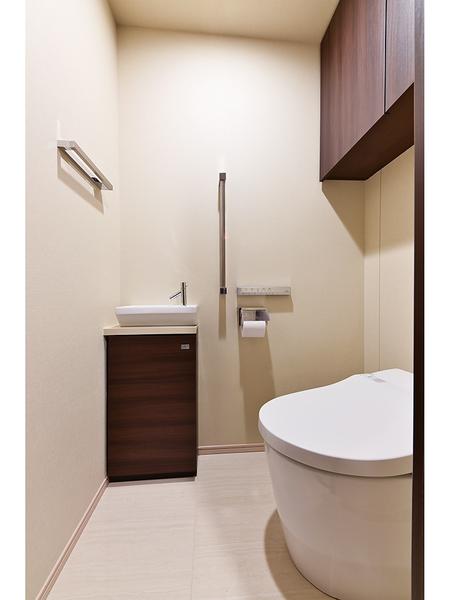 すっきりとしたタンクレストイレ。手洗いボウルを設置。