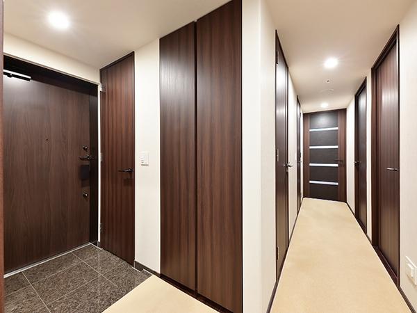 シューズインクロゼットや収納を設けた玄関。高級感がありますね。