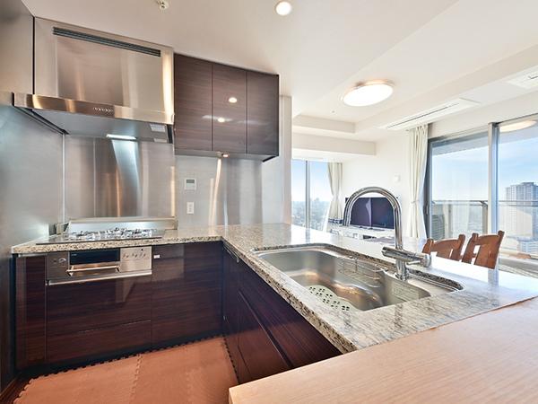 高級感のあるカウンターキッチン。浄水器・ディスポーザー・食洗器等設備も充実。