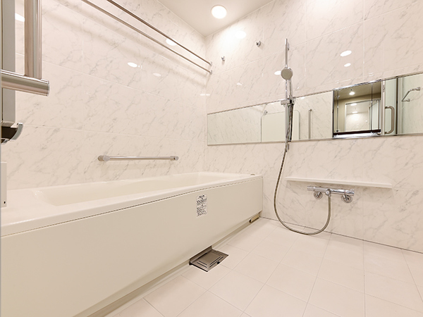 清潔感のある白を基調としたバスルーム。ミストサウナ・サーモバス等、疲れを癒す空間です。