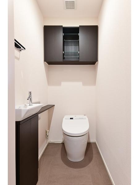 スタイリッシュがつコンパクトで掃除がしやすく機能性にも優れたシャワートイレ付。