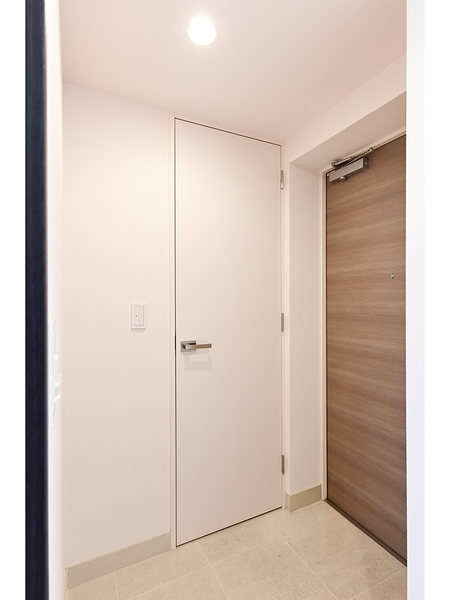 ドアハンドルの上下に鍵穴を設け、防犯性を高めたダブルロックを採用した玄関ドア。