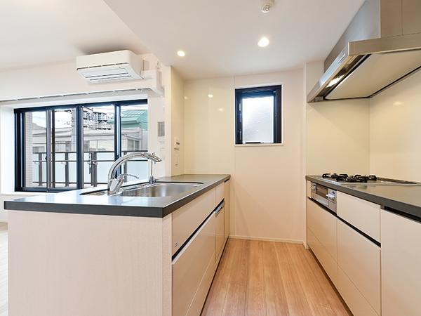 デザインだけではなく、使いやすさなど機能にもこだわりを持たせた対面式システムキッチン。