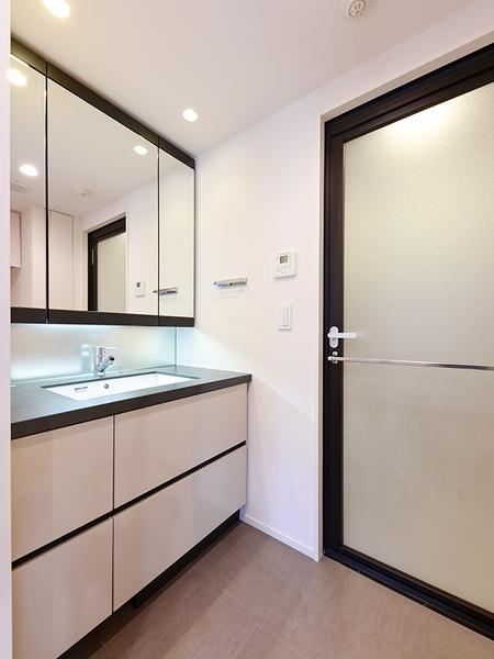 デザイン性に富んだ大型三面鏡を採用した洗面台。三面鏡裏収納は便利な収納スペースです。
