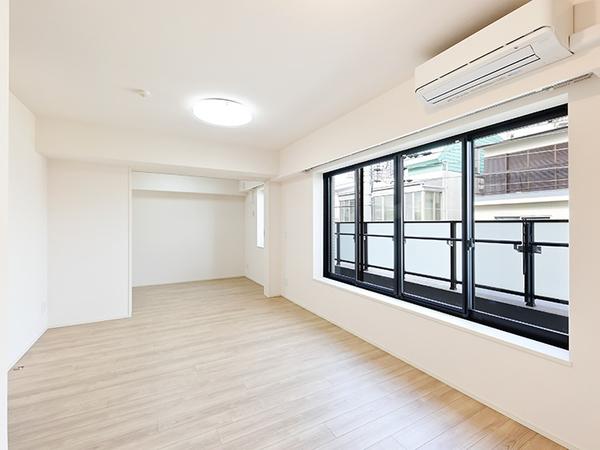 隣接した洋室の扉を開放すると、約17.6帖の広々とした空間が広がります。