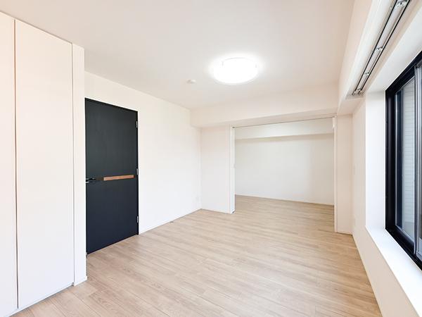 建物を支える柱の多くを居室外に配するアウトフレーム設計を採用。