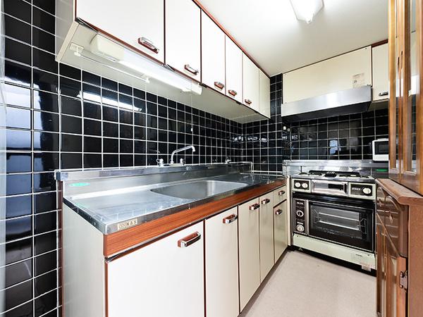 L字型のキッチン。作業スペースもしっかりと確保されています。