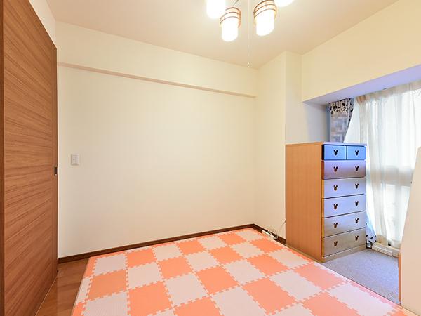 約5帖の洋室。書斎や子供部屋に最適です。