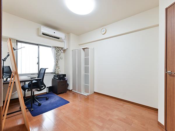 約6.7帖の洋室。収納力のあるウォークインクロゼットを備えております。