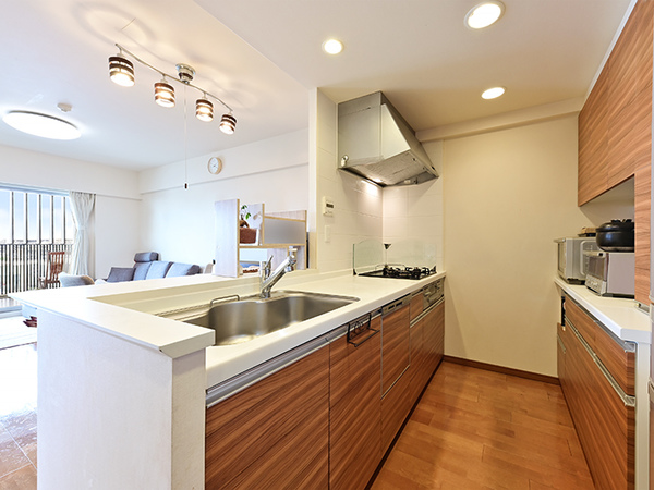 充実した設備の対面式システムキッチンで、ご家族との会話を楽しみながらお料理がはかどります♪