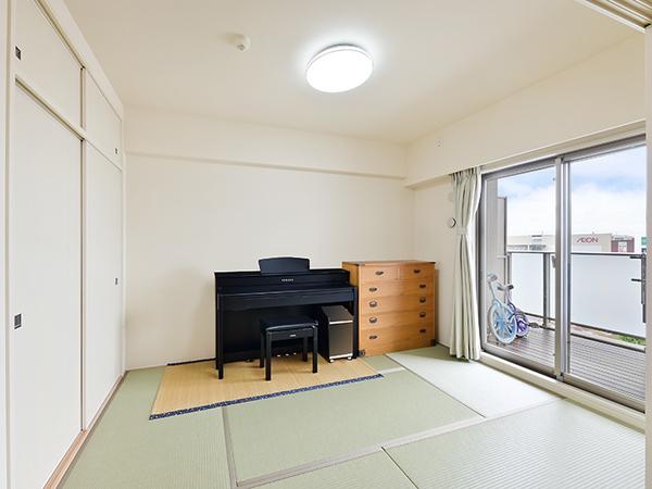 リビングに隣接した和室。来客用の布団など収納できる押入れもしっかりとございます。