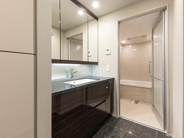 《洗面所》三面鏡付きの洗面室