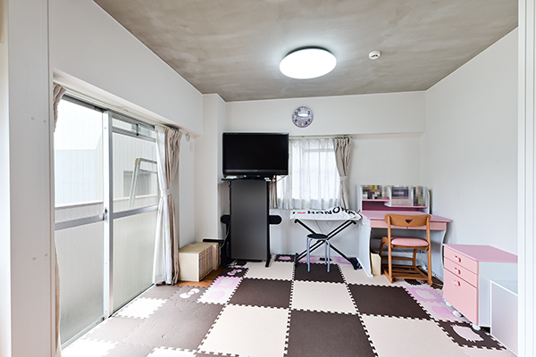 ~洋室約5.4帖~二面採光で窓を開放すると自然換気が可能、清潔感も保ちやすいです。