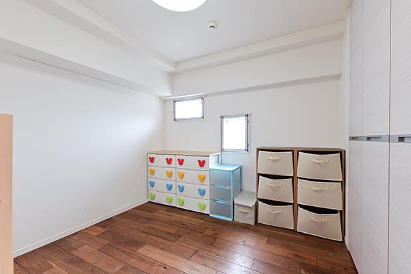 ~洋室約4帖~暖かみのある色合いのフローリングと白を基調としており、充分な収納スペースを確保。