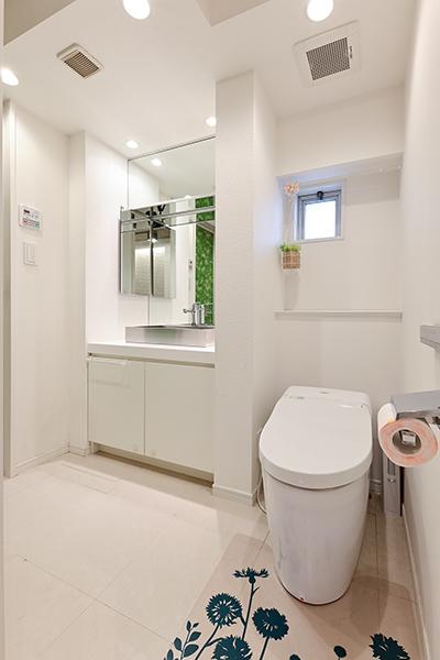 ~トイレ~清潔感のあるトイレは、温水洗浄機便座採用。白を基調とし洗面室との一体感があります。