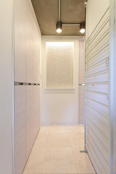 ~廊下~玄関入って正面には絵画などをかけられるスペースがありシンプルな空間にアクセントを加えられます。