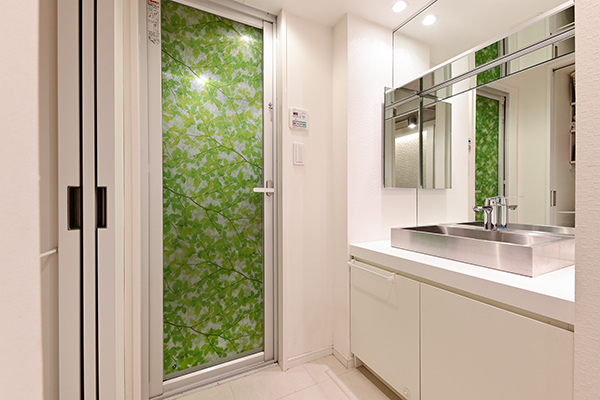 ~洗面室~収納を備えた洗面台。白を基調としたデザインに大きな鏡が特徴の清潔感のある洗面室です。