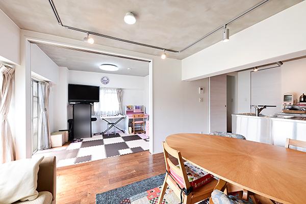 ~リビングダイニング~隣り合う洋室約5.4帖の間の仕切りを開ければ広々とした開放的な空間となります。