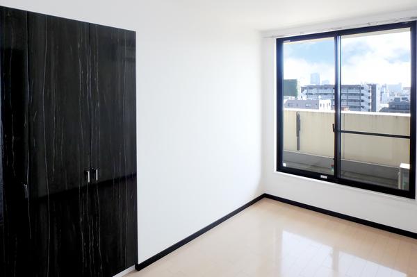 全室に窓を設置。居室から直接バルコニーへ行き来できる動線良好な住戸です。