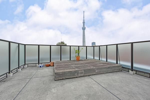 最上階78.25m2の開放感溢れるルーフバルコニーではガーデニングやペットの遊び場にもご使用可能。