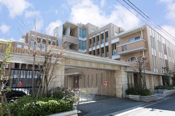 東京建物旧分譲【Brillia】シリーズ。邸宅としての重厚さと優雅さを持つ洗練された外観デザイン。