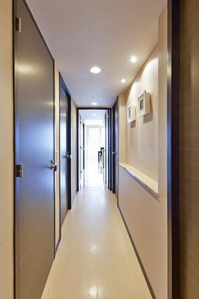 吹抜けのある明るい玄関ポーチ。床は落ち着いた風格を醸すタイル貼りとしています。