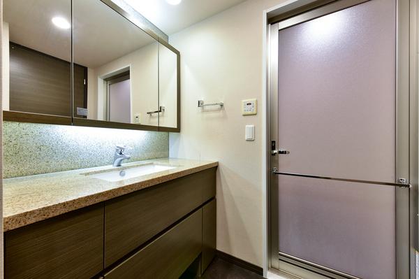ワイドミラーの裏に収納がある独立洗面台。リネン庫付につき必要なものを必要なときにすぐ取り出せます。