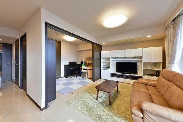 フラットフロアや浴槽内手摺など誰にとっても優しい暮らしを実現するユニバーサルデザインを導入。