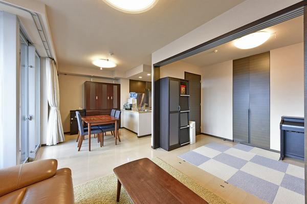 約5帖の洋室を開放し、リビングと一体にして広々とご利用できます。