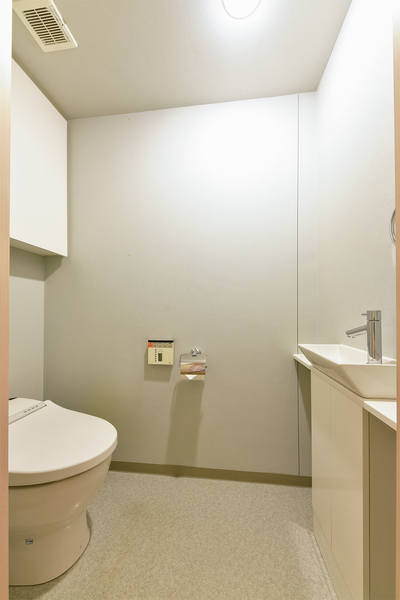 お手入れが軽減させるタンクレストイレを採用。トイレ内に手洗い場を設置。