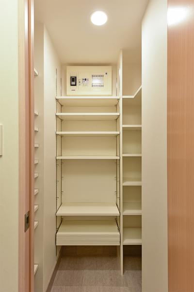 玄関には靴を収納するだけでなく、傘やアウトドア用品などを入れておけるシューズインクローク有。