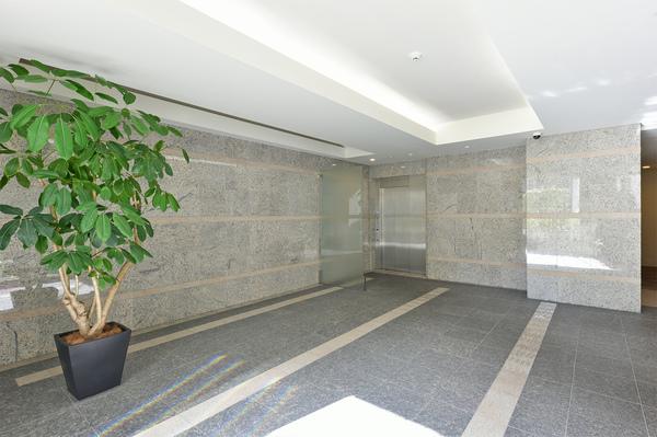 高級感のある大理石を使用したエントランス。ホテルライクな内廊下設計でプライバシーを確保します。