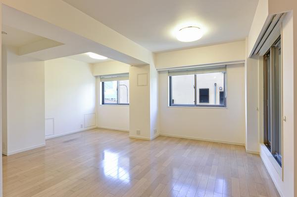 足元からお部屋を均一に暖める床暖房を設置。天井高約2540mmと開放感あるLDです。