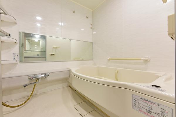 浴室乾燥機付のバスルーム。広々1418サイズのオートバスで一日の疲れを癒します。
