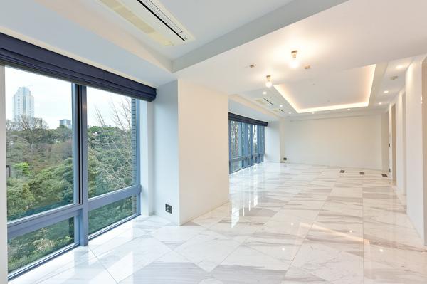 共用廊下の内廊下設計や、玄関前のアルコーブなど、プライバシーに配慮した全体設計。