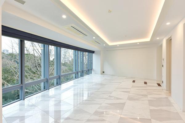 玄関・廊下・LD・キッチン・トイレは石貼りの床仕上げ。LDには自動ローマンシェードを設置。