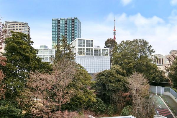 当マンションは綱町三井倶楽部やオーストラリア大使館、イタリア大使館至近の閑静と緑あふれる立地です。