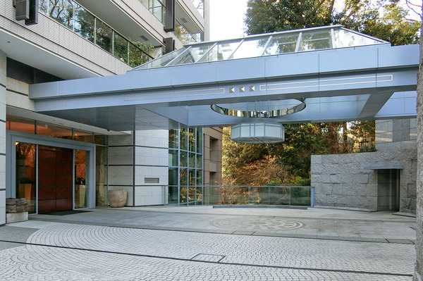 エントランス入口から建物の中へ入ると、水のせせらぎが静寂を奏でるエントランスが広がります。