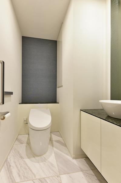 専用手洗い場を設置したトイレスペース。室内にトイレを2ヶ所完備。